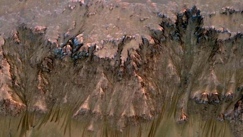 In solchen Rillen auf dem Mars glaubten Forscher, flüssiges Wasser entdeckt zu haben.