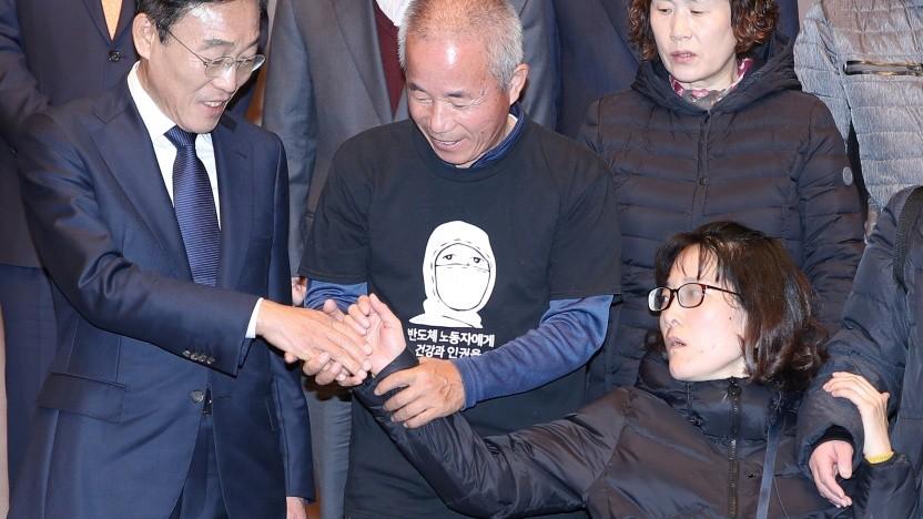 Reuters-Manager Kim Ki Nam (links) mit Betroffenen und Hinterbliebenen