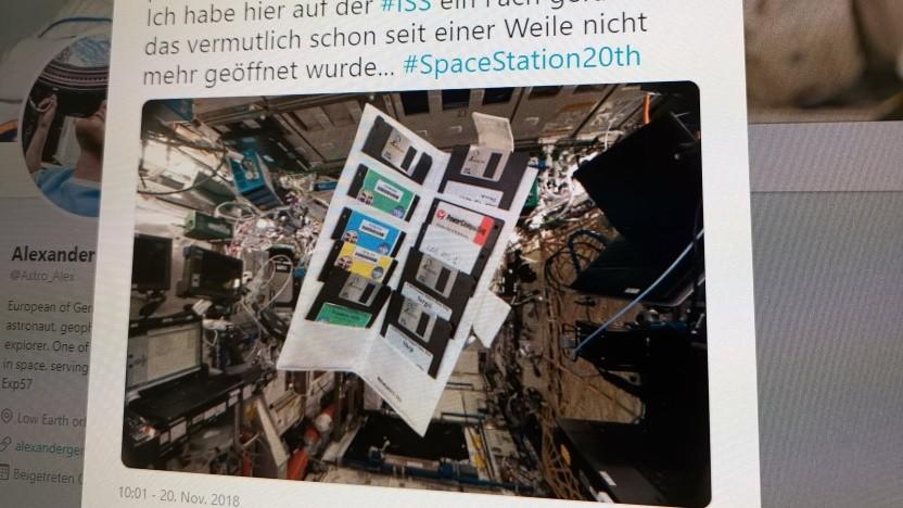 Die von Alexander Gerst gefundenen Disketten schweben auf der ISS.
