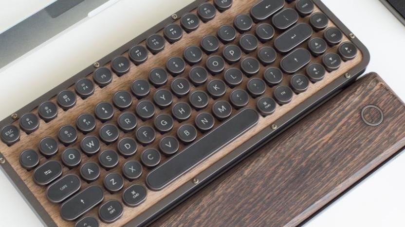 Azios Retro-Tastatur ist fast schon ein Möbelstück.