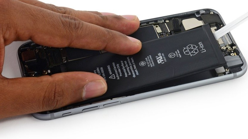 Entnahme eines Akkus im iPhone 6S