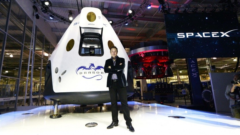 SpaceX-Chef Elon Musk (vor der Kapsel Crew Dragon): bloß nicht bei der Landung sterben