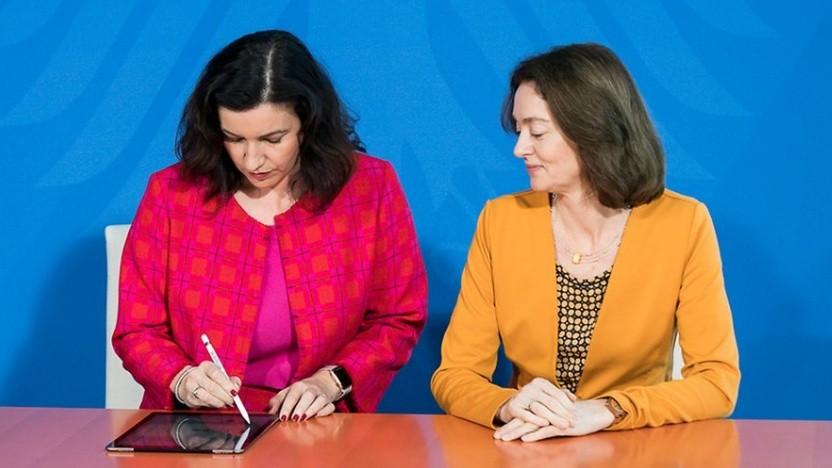 Digitalstaatsministerin Bär (l.) und Verbraucherschutzministerin Barley unterzeichnen den Webvertrag.