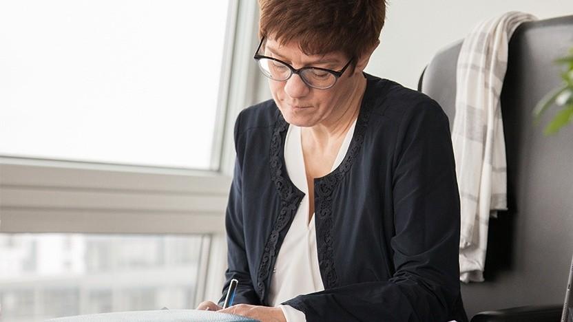 Annegret Kramp-Karrenbauer schreibt mit dem Füller