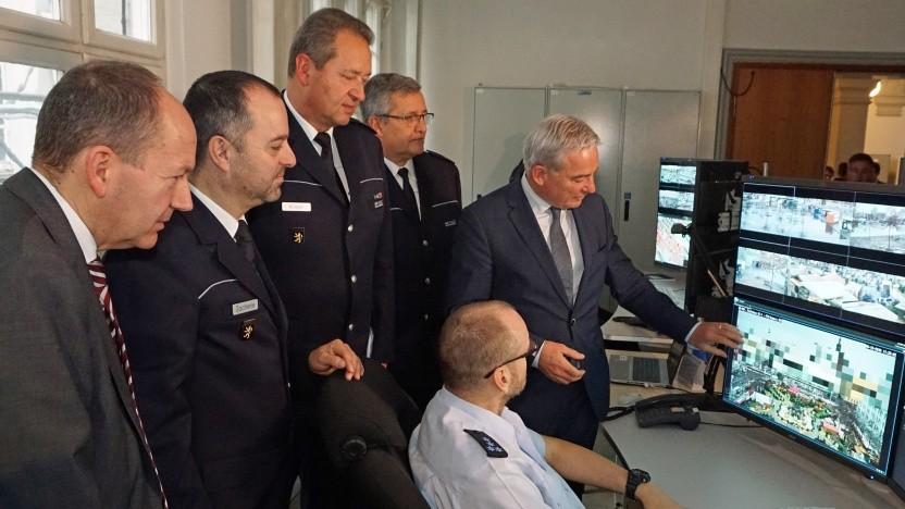 Politiker bei der Eröffnung des Lagezentrums der Polizei Mannheim.