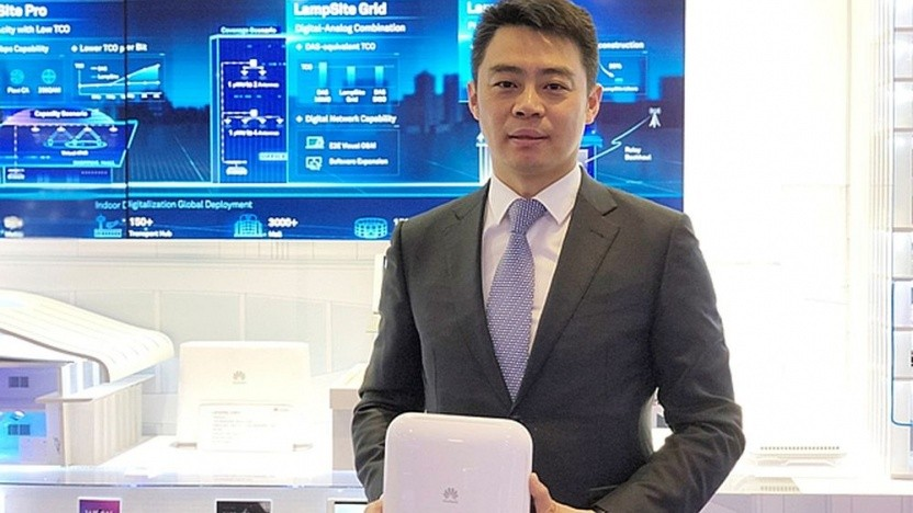 Ritchie Peng, President der Huawei Small Cell Product Line, zeigt die 5G LampSite für Indoor