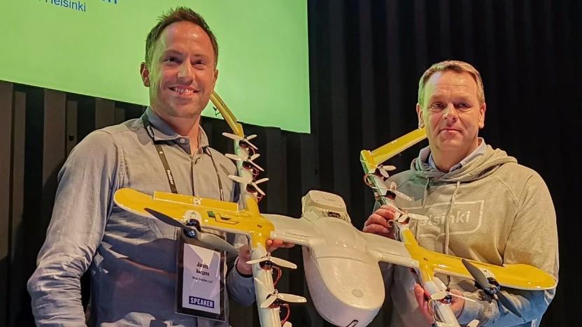 Wing-CEO James Ryan Burgess und Helsinkis Bürgermeister Jan Vapaavuori mit dem Hummingbird