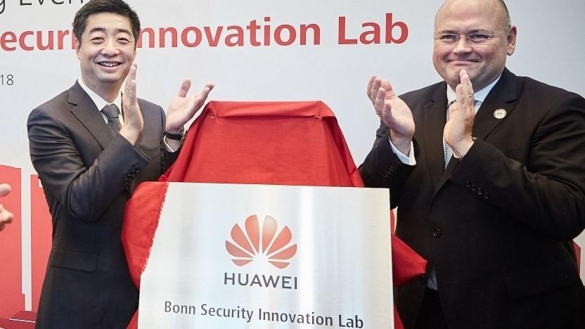 BSI-Präsident Arne Schönbohm (rechts) bei Eröffnung des Huawei Security Labs