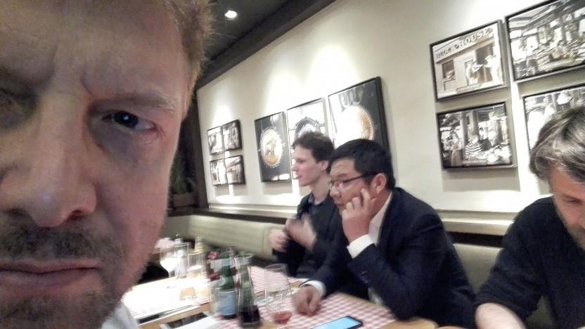 Selfie vom Golem-Redakteur: David Wang, Deputy Chef von Huawei Deutschland (Bildmitte), Patrick Berger, Huawei-Sprecher Deutschland (rechts)