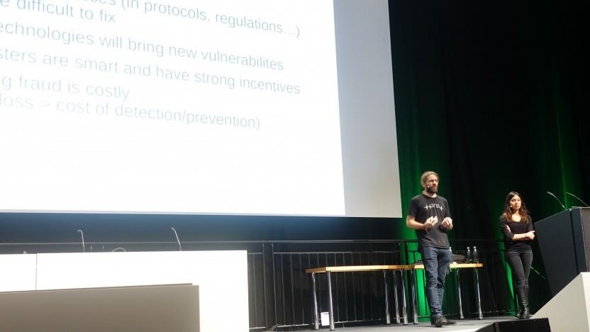 Merve Sahin (re.) und Aurélien Francillon erläutern verschiedene Formen von Telefonbetrug.
