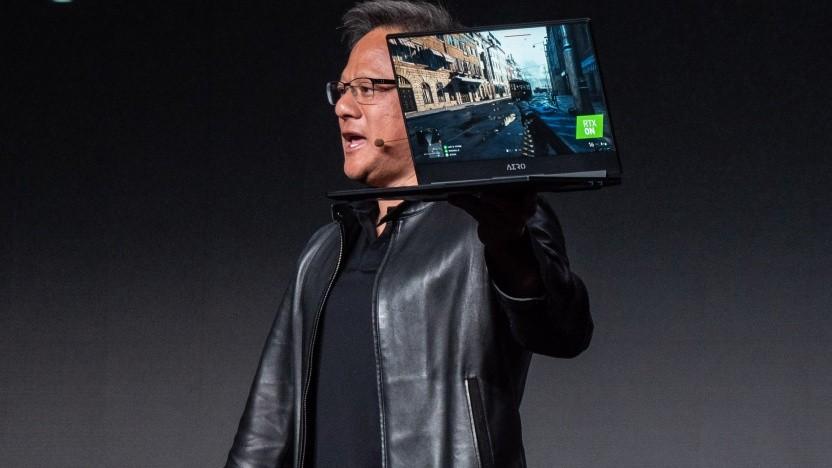 Nvidia-CEO Jensen Huang zeigt ein RTX-Notebook.