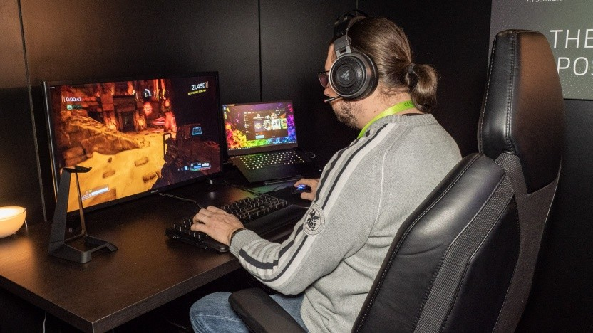 Razers Hypersense-Setup besteht aus Kopfhörern, einer Maus, einem Stuhl und einer Handballenauflage.