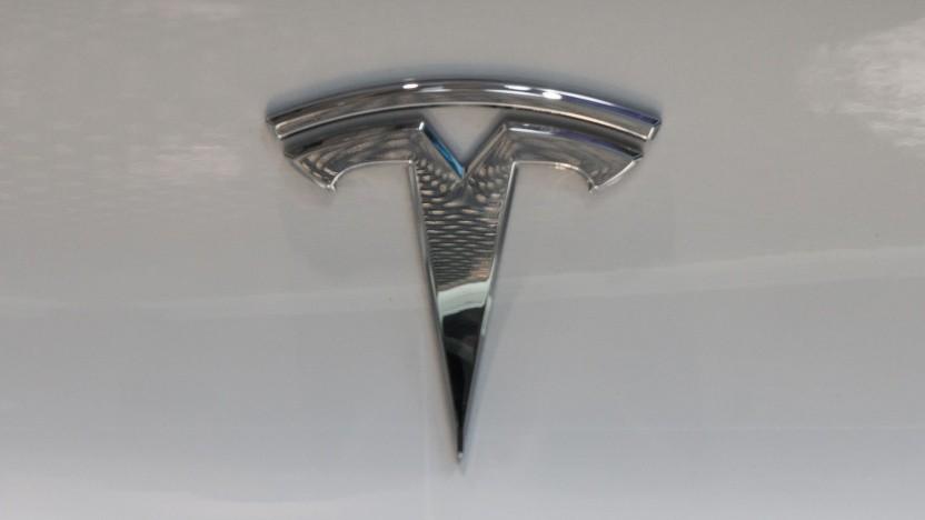 Tesla-Logo (Symbolbild): Tesla verhandelt mit dem griechischen Energieministerium über den Bau von Micro-Grids auf griechischen Inseln.