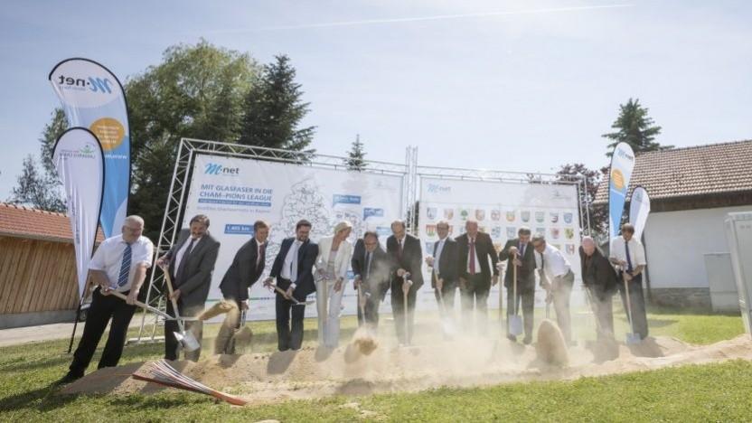 Mit dem Spatenstich durch den damaligen Bundesverkehrsminister Alexander Dobrindt startete am 29. Mai 2017 in Arnschwang der Breitbandausbau im Landkreis Cham in Bayern.