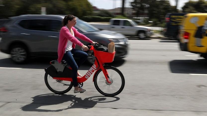 Radlerin auf einem Pedelec von Jump: höhere Verfügbarkeit durch Wechselakkus