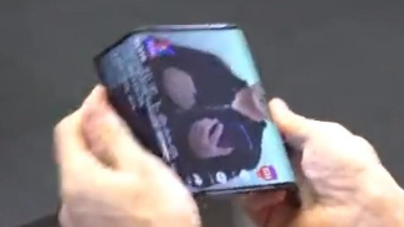 Xiaomi-Chef Lin Bin faltet das Display im laufenden Betrieb nach hinten.