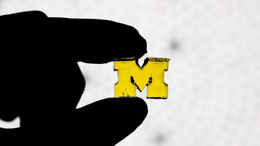 3D-gedrucktes Universitäts-Logo: Harz härtete am Boden aus.
