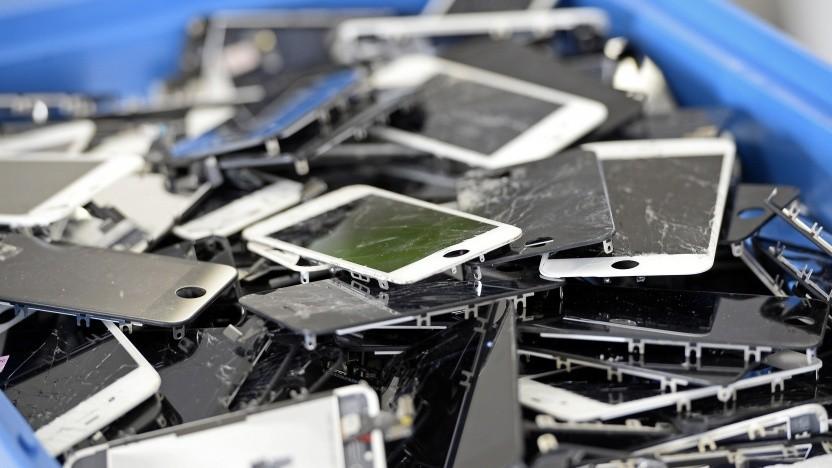 Okay, derart kaputte Handys kann man nicht mehr benutzen. Viele andere, die vermeintlich ausgedient haben, aber schon.