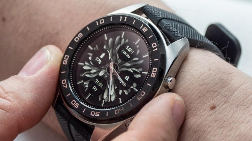 Die Watch W7 von LG hat ein Display und Zeiger.