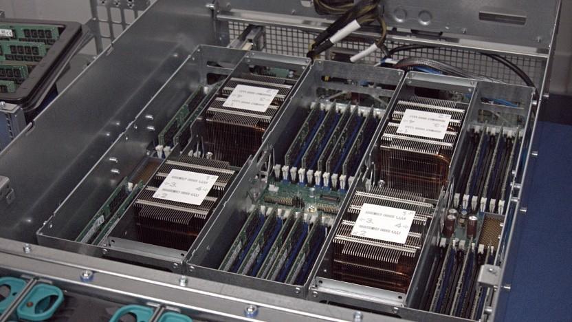Für ein AV1-Video in 4K und 10 Bit braucht es zwei dieser vier Server-CPUs.