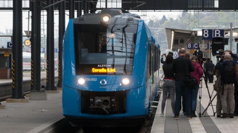 Brennstoffzellenzug Coradia iLint (bei der ersten öffentlichen Fahrt in Wiesbaden im April 2018)