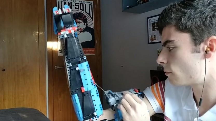 David Aguilar baut sich seine Armprothesen selbst.