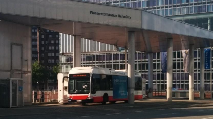 Brennstoffzellenbus an der Wasserstofftankstelle in der Hamburg Hafencity: keine serienreifen Fahrzeuge