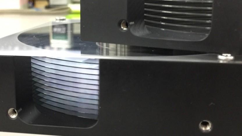 HDD-Prototyp mit Glasplattern unten