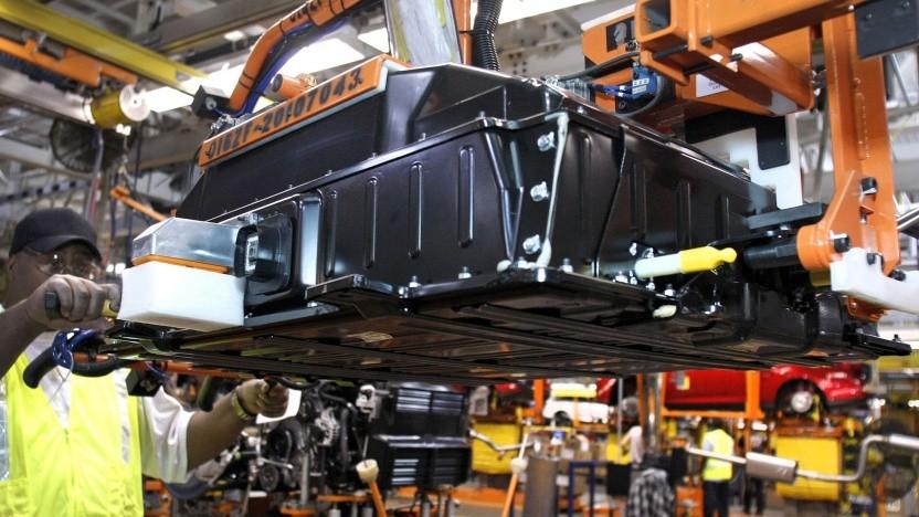 Montage eines Akkus in ein Elektroauto (Symbolbild): 700 Millionen Euro Fördergelder aus Paris