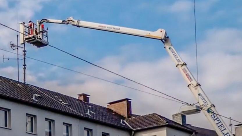 Auf einem Haus werden die neuen Heptaband-Antennen montiert.