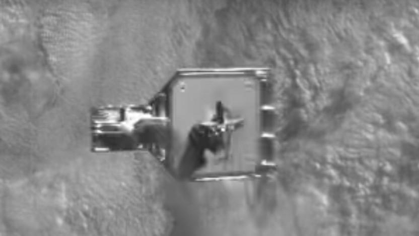 Treffer: Die Harpune hat das Satellitenteil durchbohrt, es hängt an der Fangleine.