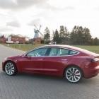 Elektroauto: Tesla-fahr'n auf der Autobahn