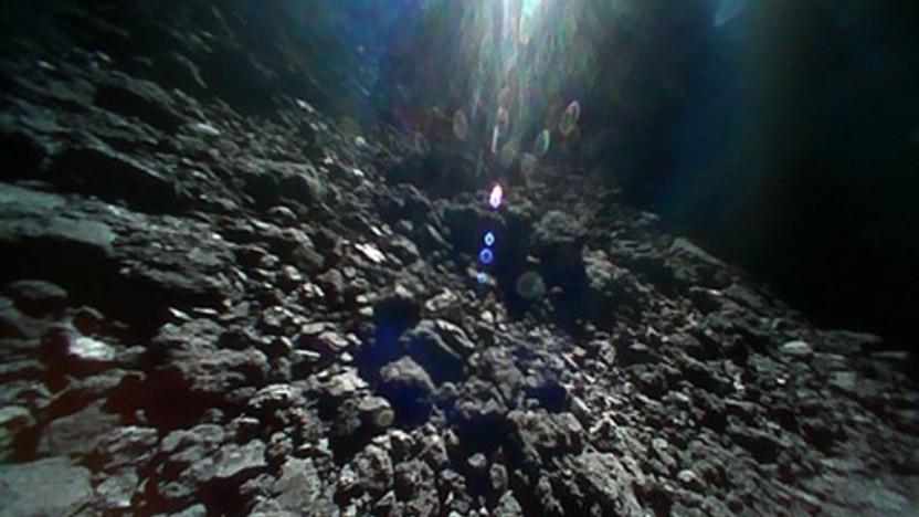 Im Oktober machte der Rover 1-b von Hayabuse diese Aufnahme der Oberfläche von Ryugu.
