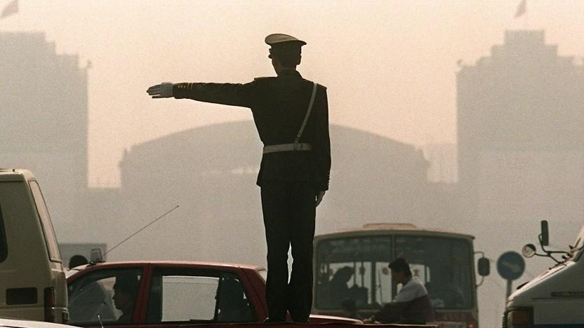Polizist regelt den Verkehr (Symbolbild): Wie reagiert ein autonom fahrendes Auto?