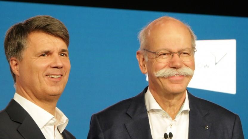 BMW-Chef Harald Krüger und Daimler-Chef Dieter Zetsche strahlen über die neue Kooperation.