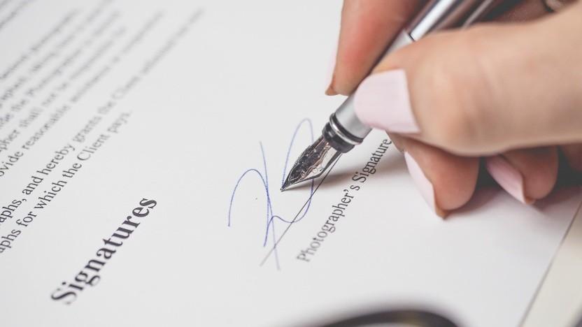 Eigentlich sollte man annehmen, dass kryptographische Signaturen eine höhere Sicherheit bieten als handschriftliche Unterschriften. Um die Sicherheit von PDF-Signaturen ist es aber nicht gut bestellt.