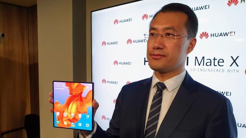 Huawei-Manager Kevin Ho mit dem ausgeklappten Mate X