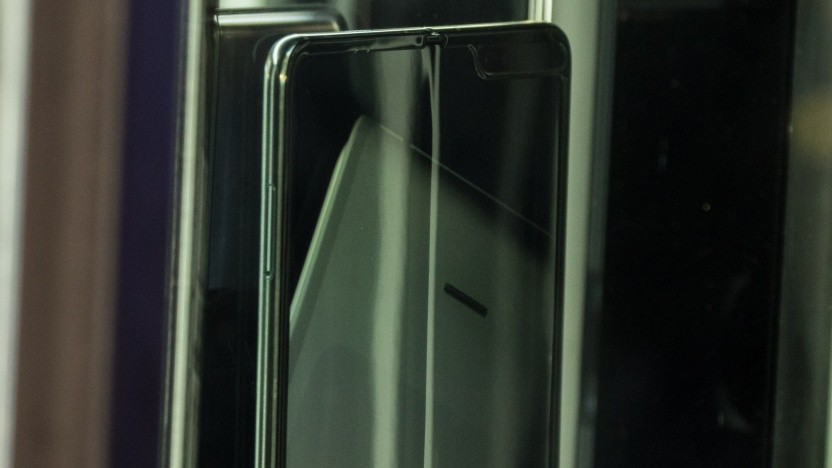Beim Galaxy Fold ist deutlich ein Knick in der Mitte des Displays zu erkennen.