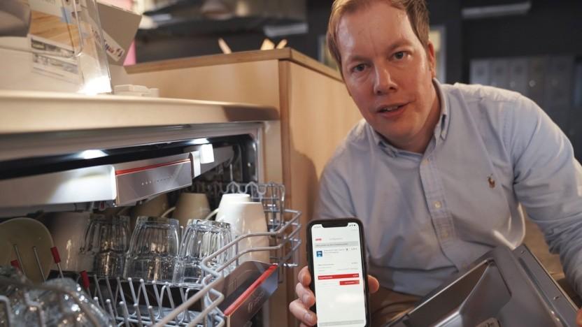 Jörg Heinemann, bei Otto zuständig für Innovationen, zeigt Otto Ready.