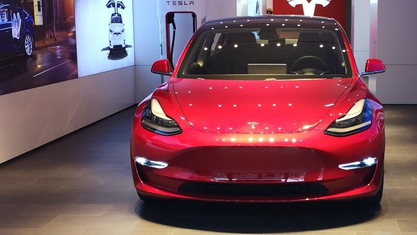 Tesla Model 3 im Berliner Ausstellungsraum am Kudamm