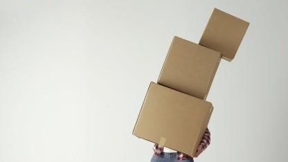 Am Amazon Tag muss der Paketbote eventuell viel tragen.