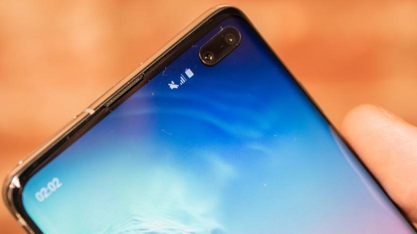 Das Galaxy S10+ mit seiner charakteristischen dualen Frontkamera im Display.