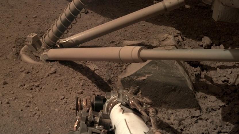 Schon die Raketentriebwerke von Mars Insight legten Steine unter dem Sand frei.