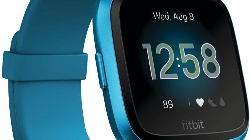 Die Versa Lite von Fitbit erscheint in vier Farbvarianten.
