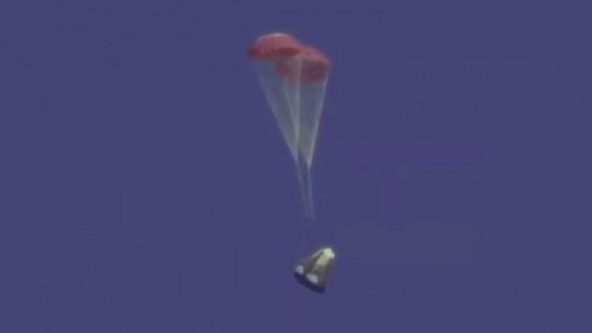 Zwei Hilfsschirme bremsten die Kapsel auf dem Weg zur Erde ab und halfen, die vier Hauptschirme zu öffnen.