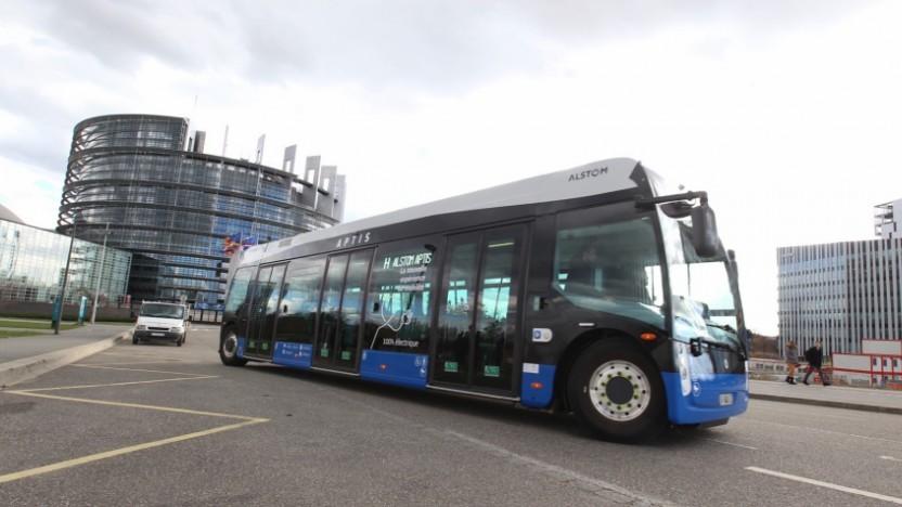 Elektrobus Aptis vor dem Europaparlament in Straßburg: Die Eltern sind TGV, Nahverkehrszüge und Straßenbahnen.