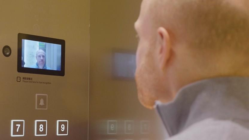 Der Fahrstuhl fährt nur nach erfolgreicher Gesichtserkennung.