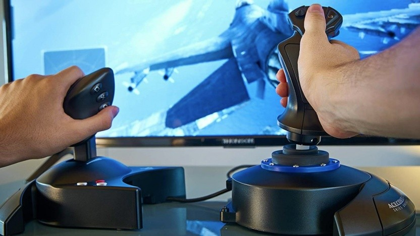 Der Thrustmaster-Stick ermöglicht eine bessere Kontrolle des Kampfjets.