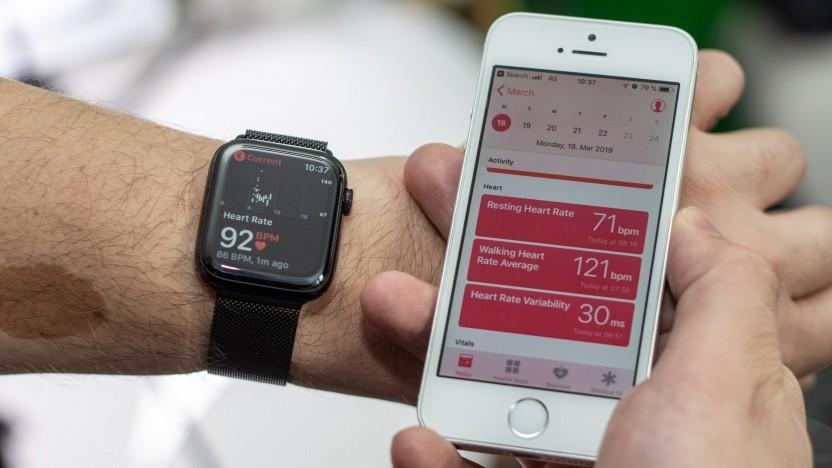 Der Herzschlagsensor der Apple Watch, hier ein nicht getestetes Modell 4, kann durchaus vor Herzproblemen warnen.
