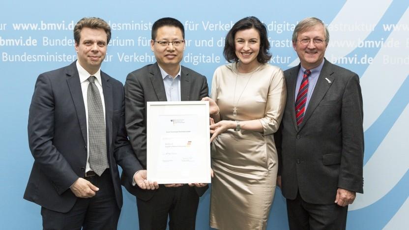 Dorothee Bär übergibt im Jahr 2016 die Mitgliedsurkunde der Logistics Alliance Germany (LAG) an die Huawei Technologies Deutschland.